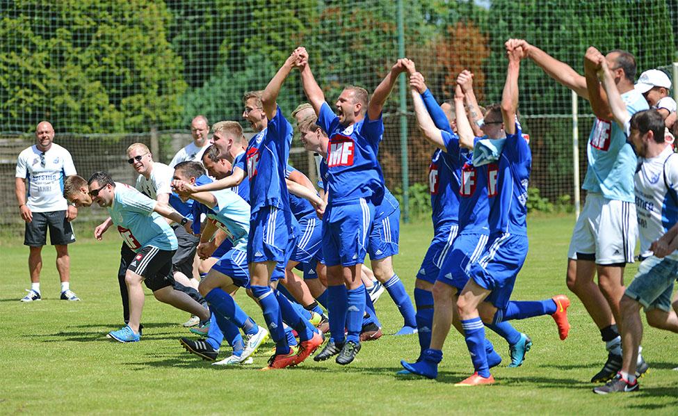 Der TuS Wahrburg feiert nach dem Sieg gegen Schinne den Titel und den Aufstieg in die Landesklasse.